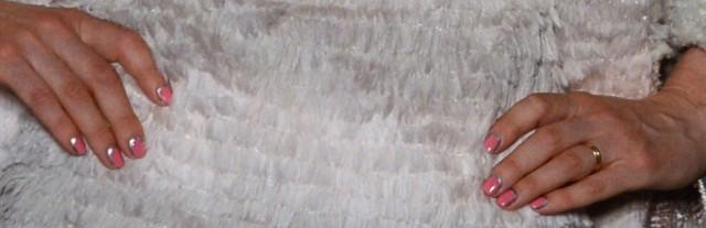 La foto la bajé de un slideshow misterioso que contenía fotos a muy alta resolución del show de Chanel FW 2012. Entre sus metadatos estaba la siguiente leyenda:  British model Stella Tennant presents a creation by Chanel during the Haute Couture Fall-Winter 2012-2013 collections shows on July 3, 2012 in Paris. AFP PHOTO / MARTIN BUREAU