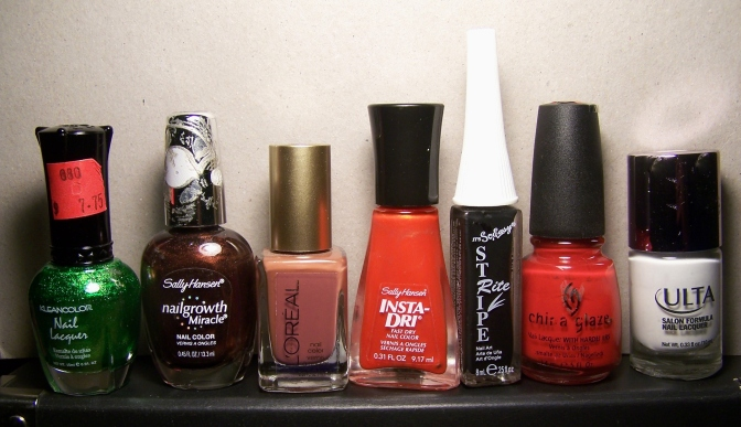 Izq. a der: Metallic Green,  Forbidden Fudge, Hudson Sunset, Orange Splash, Black, rojo confiable, Snow White.