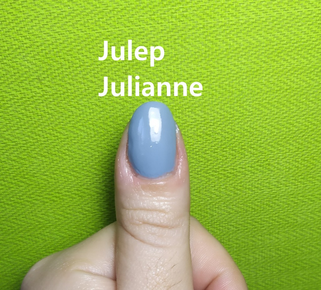uña pulgar pintada de azul con un esmalte de Julep